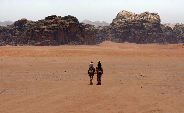 Туристы в южной иорданской пустыне Вади-Рам. Пустыня внесена в список Всемирного наследия ЮНЕСКО. - Sputnik Абхазия