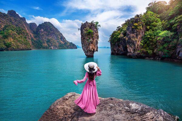 Девушка на скале острова Джеймса Бонда в Пхангнга, Таиланд. - Sputnik Абхазия