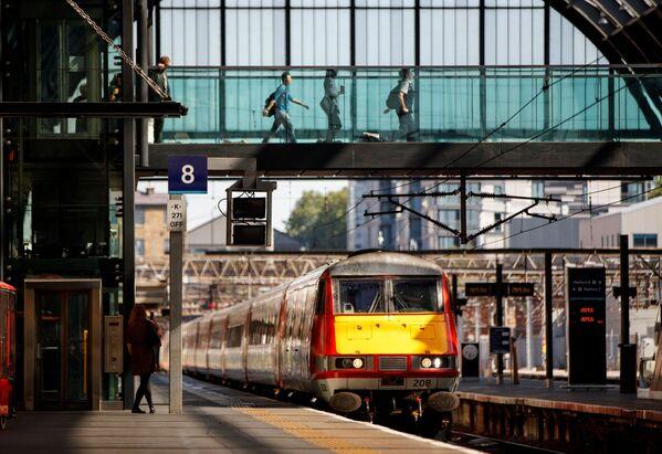 Поезд приближается к железнодорожной станции Кингс-Кросс в Лондоне. - Sputnik Абхазия