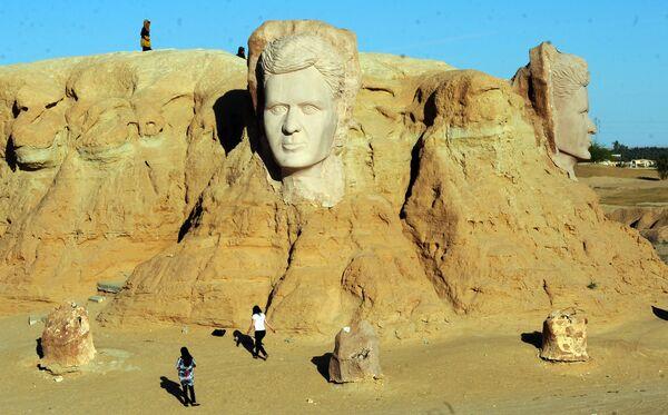 Люди посещают скульптуру великого тунисского поэта Абу Касема. - Sputnik Абхазия