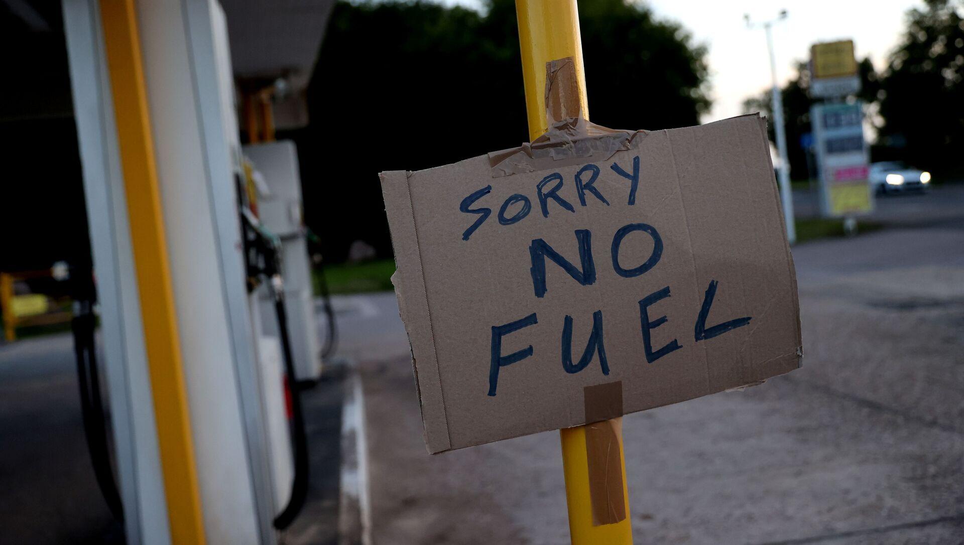 Знак, показывающий клиентам, что закончилось топливо, изображен на заправочной станции Hilltop Garage в Ротли, Лестершир, Великобритания, 25 сентября 2021 года. - Sputnik Абхазия, 1920, 28.09.2021