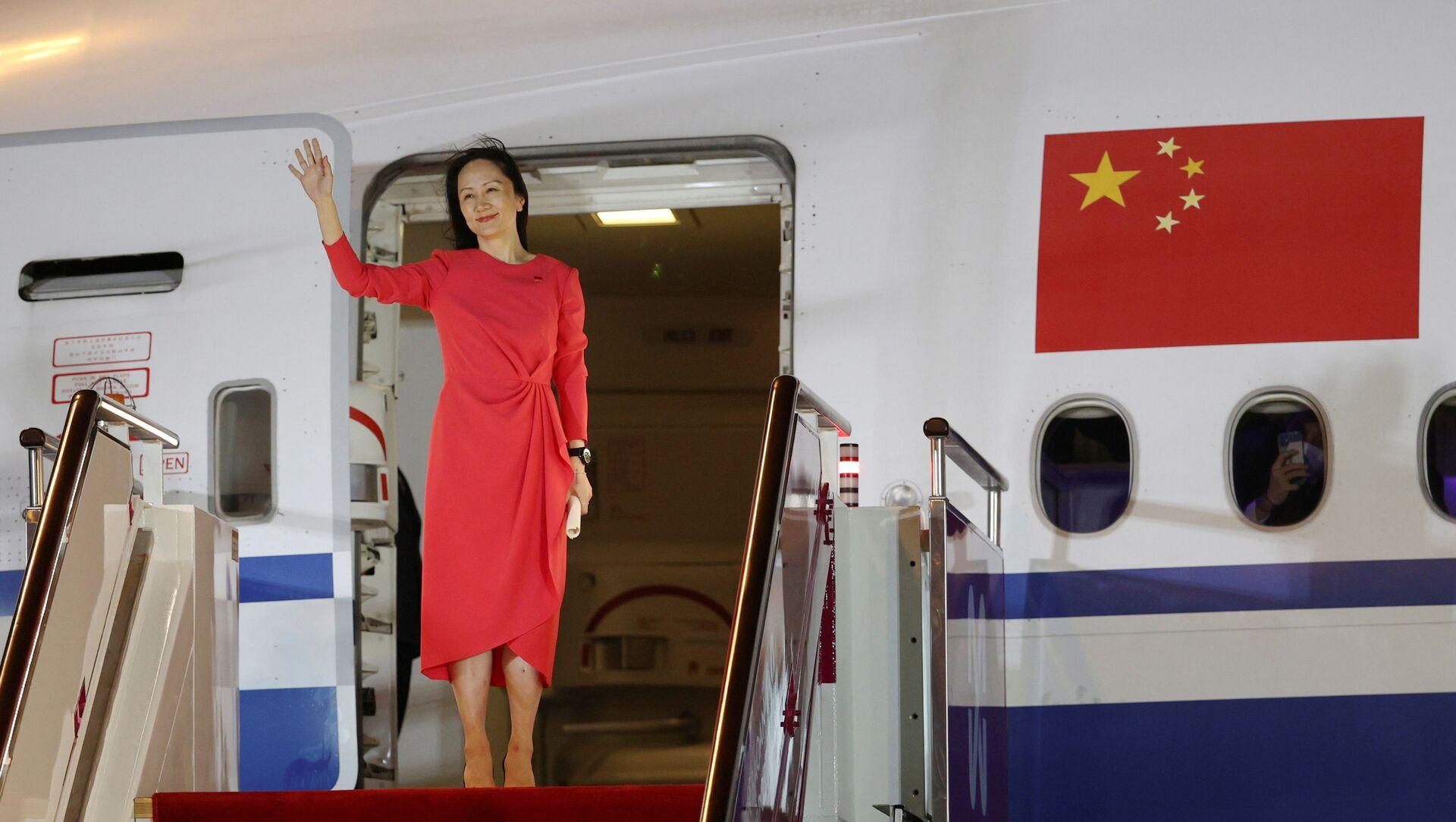 Финансовый директор Huawei Technologies Мэн Ваньчжоу машет рукой, когда она выходит из чартерного самолета в международном аэропорту Шэньчжэнь Баоань в Шэньчжэне, провинция Гуандун, Китай, 25 сентября 2021 года. Цзинь Ливанг - Sputnik Абхазия, 1920, 28.09.2021