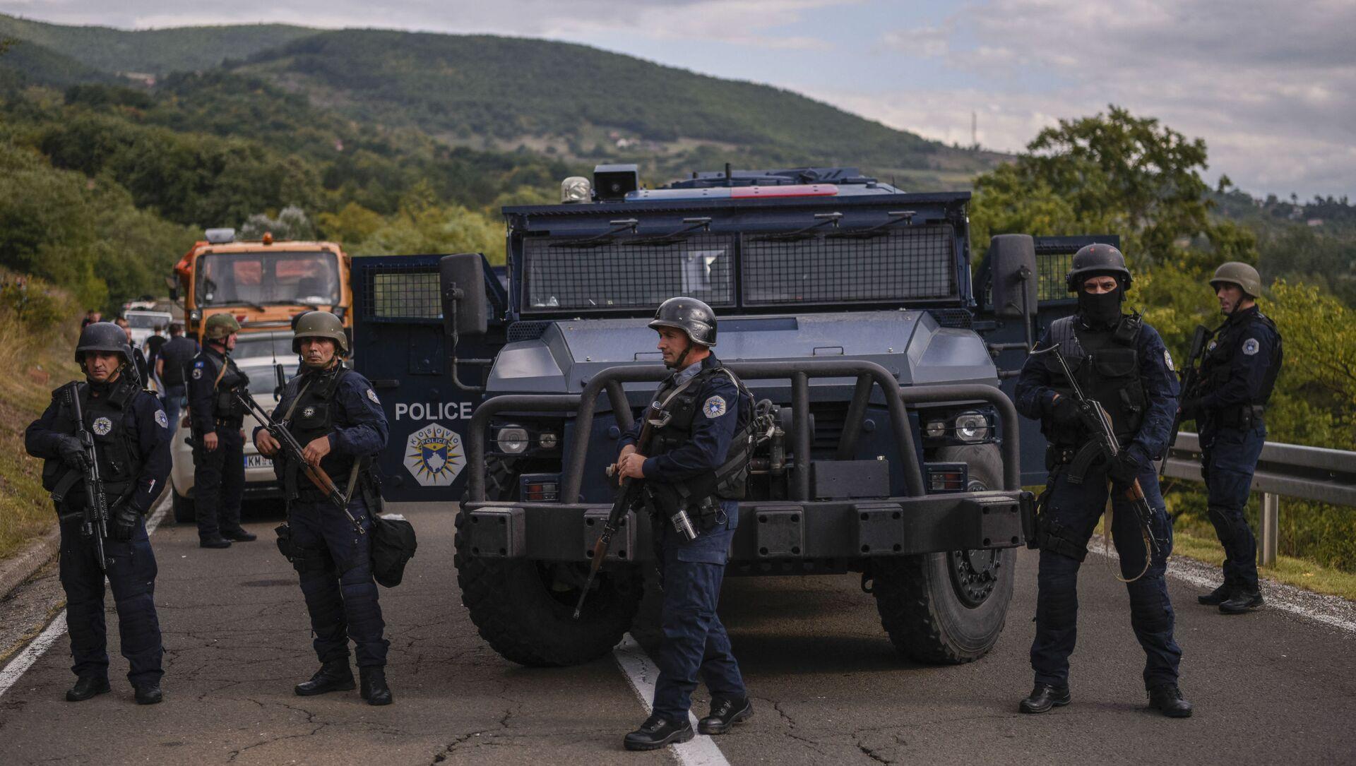 Специальное подразделение косовской полиции охраняет территорию возле пограничного перехода Яринье 20 сентября 2021 года. - Несколько сотен. Около 300 этнических сербов 20 сентября 2021 года заблокировали дорогу на севере, ведущую к единственным двум основным пограничным переходам Косово с Сербией, в знак протеста против пересечения границы в Приштине. запрет на въезд автомобилей с сербскими номерными знаками. По сообщению корреспондента AFP, протестующие на севере Косово, в основном этнические сербы, на грузовиках и легковых автомобилях полностью заблокировали движение по дорогам, ведущим к близлежащим пограничным переходам Яринье и Брняк. (Фото Арменда НИМАНИ / AFP) - Sputnik Абхазия, 1920, 28.09.2021