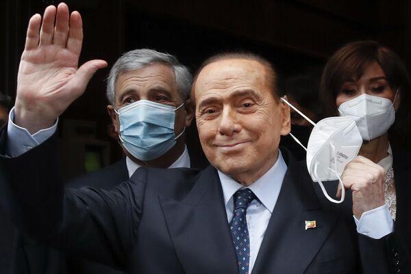 Бывший премьер-министр Италии Сильвио Берлускони машет репортерам в Риме. - Sputnik Абхазия
