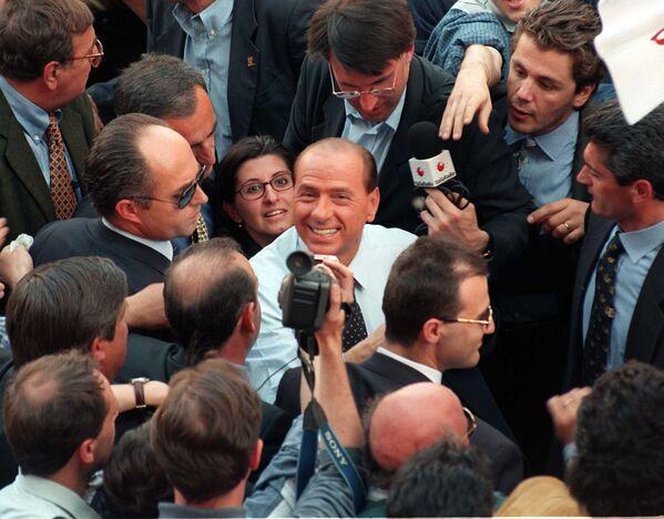 Сильвио Берлускони во время митинга в Милане. - Sputnik Абхазия