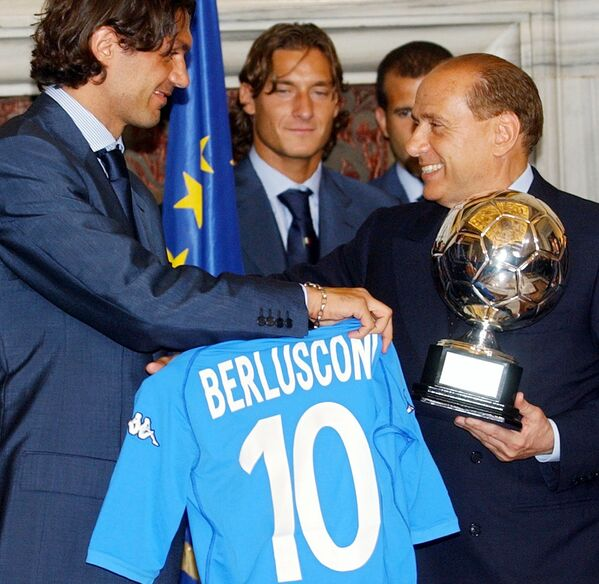 Капитан сборной Италии по футболу Паоло Мальдини дарит Сильвио Берлускони майку с его именем. - Sputnik Абхазия