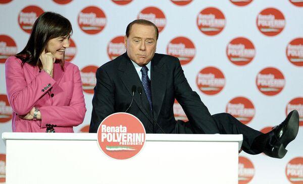 Премьер-министр Италии Сильвио Берлускони на митинге в поддержку Ренаты Польверини в Риме, 2010 год. - Sputnik Абхазия
