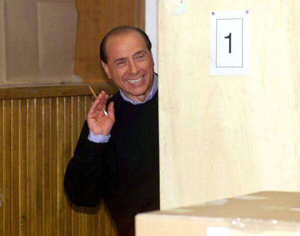 Лидер правоцентристской коалиции Сильвио Берлускони играет в прятки со СМИ в одной из школ Милана, 2000 год. - Sputnik Абхазия