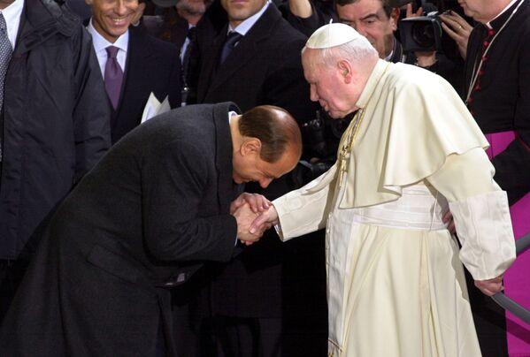Премьер-министр Италии Сильвио Берлускони и Папа Римский Иоанн Павел II в 2002 году. - Sputnik Абхазия