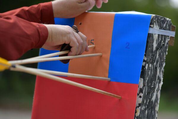Участники турнира состязались по четырем дисциплинам - стрельба на дистанцию от 15 до 75 метров, стрельба по абхазской мишени (прямоугольная мишень в форме человека - прим.), стрельба на дальность и стрельба по абхазской мишени на расстоянии в 30 метров от нее. - Sputnik Абхазия