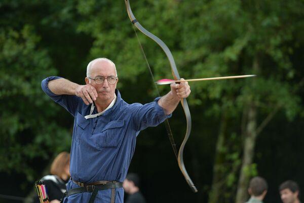 Художник Батал Джапуа пользовался абхазским луком в современном исполнении. Он победил в дисциплине на самый дальний выстрел. Его стрела пролетела 210 метров.  - Sputnik Абхазия