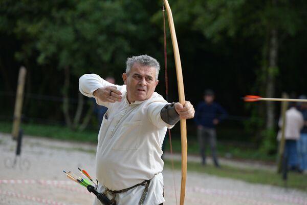 Вахтанг Гвинджия был единственным участников турнира, который поразил самую дальнюю цель в 75 метрах. - Sputnik Абхазия