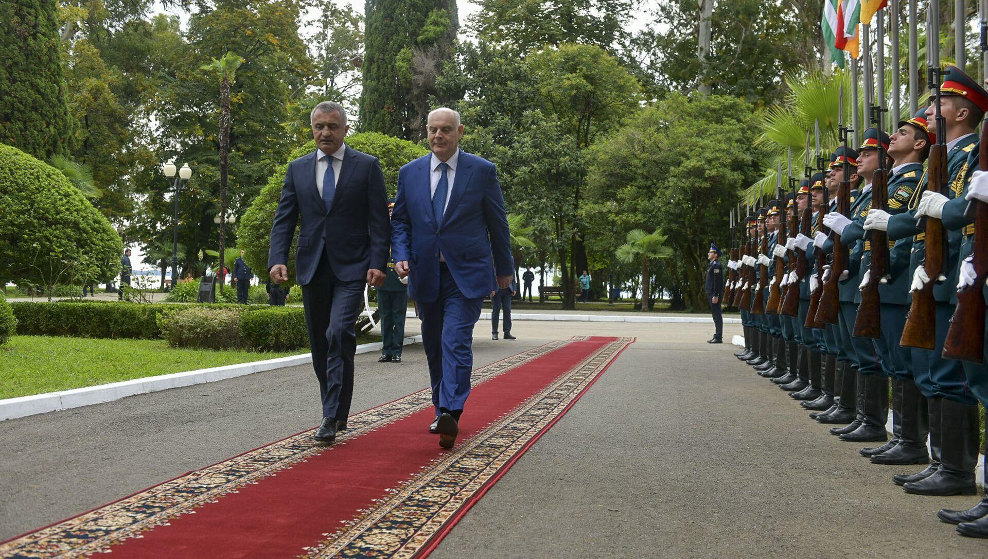 Делегация представителей правительства Южной Осетии во главе с президентом Анатолием Бибиловым прибыла в Абхазию  - Sputnik Аҧсны, 1920, 30.09.2021