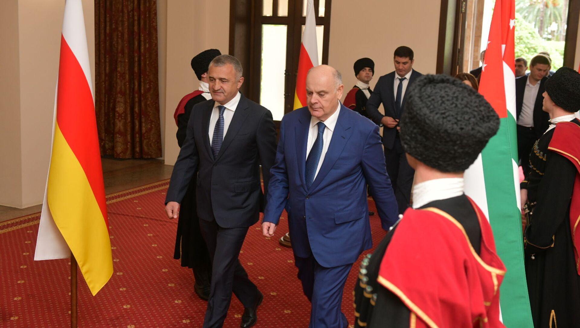 Делегация представителей правительства Южной Осетии во главе с президентом Анатолием Бибиловым прибыла в Абхазию  - Sputnik Абхазия, 1920, 30.09.2021