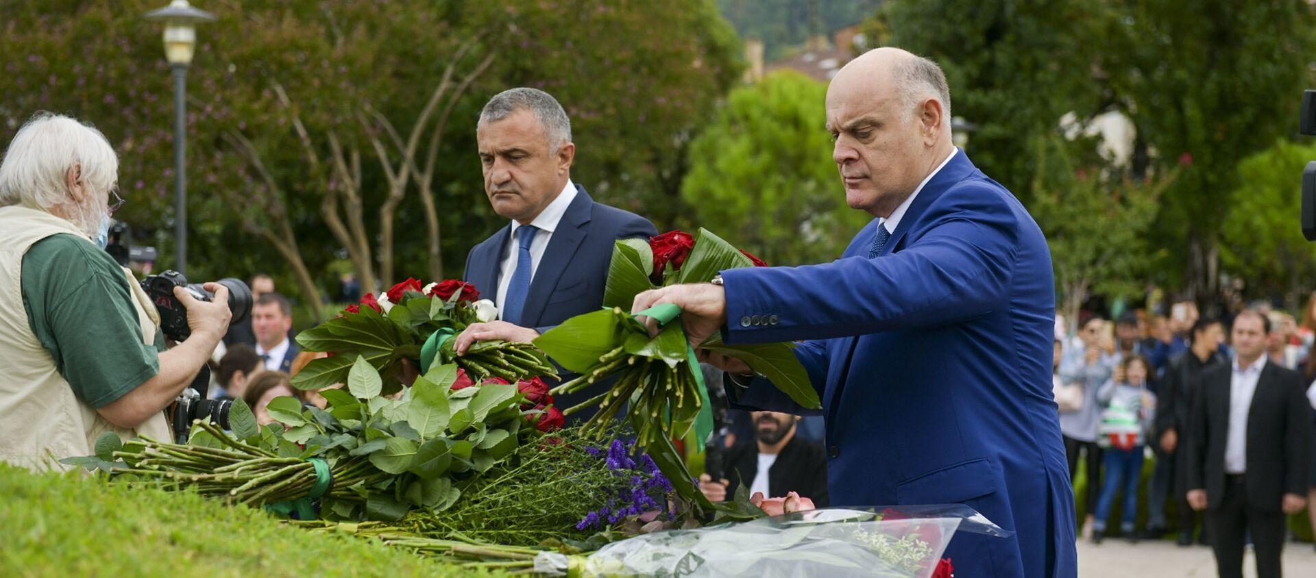 Аслан Бжания и Анатолий Бибилов возложили цветы к мемориалу в Парке Славы - Sputnik Абхазия, 1920, 30.09.2021