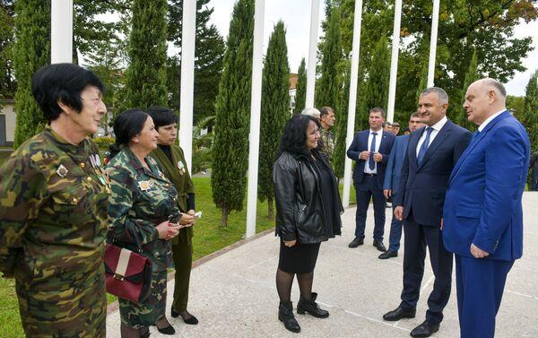 Аслан Бжания и Анатолий Бибилов возложили цветы к мемориалу в Парке Славы  - Sputnik Абхазия