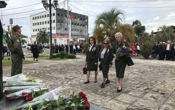 Возложение цветов у памятника в Гудауте  - Sputnik Абхазия