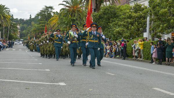 Торжественный марш в честь Дня Победы и Независимости прошел в Сухуме - Sputnik Аҧсны