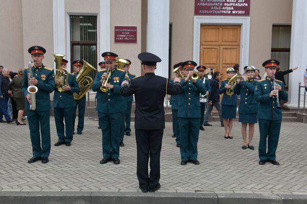 Военный оркестр сопровождал торжественный марш. - Sputnik Абхазия