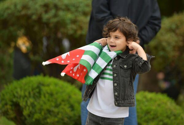 Почтить память героев в этот день пришли представители всех поколений.  - Sputnik Абхазия