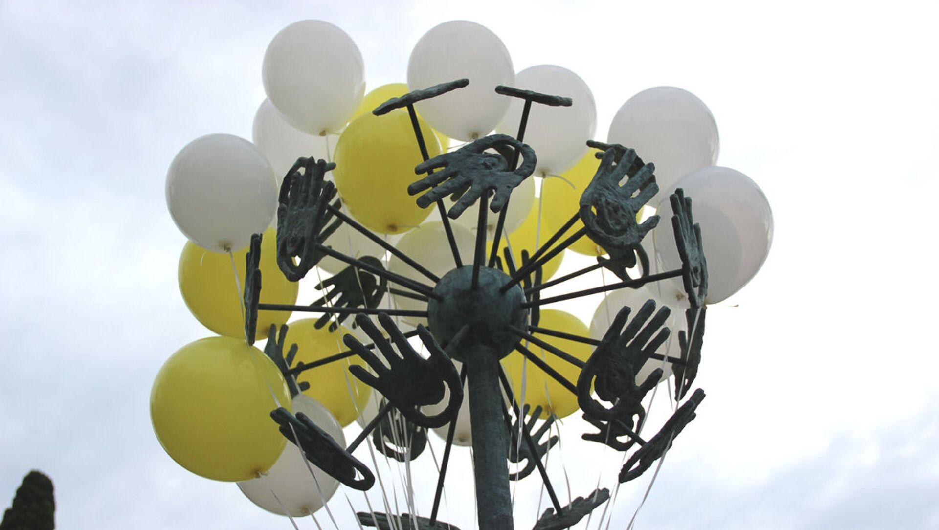 В Сухуме открыли скульптуру символу мира и доброты «Одуванчик» - Sputnik Абхазия, 1920, 01.10.2021