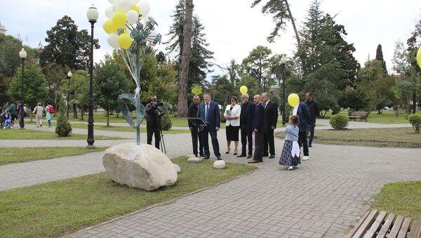 В Сухуме открыли скульптуру символу мира и доброты «Одуванчик» - Sputnik Аҧсны