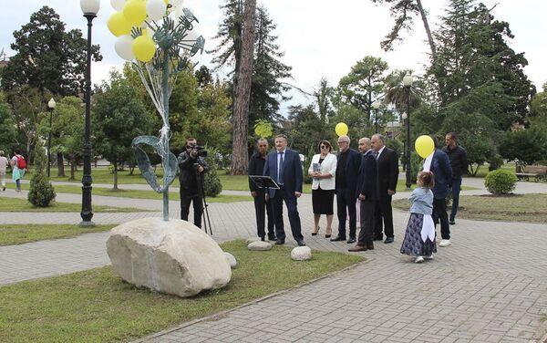 В Сухуме открыли скульптуру символу мира и доброты «Одуванчик» - Sputnik Абхазия