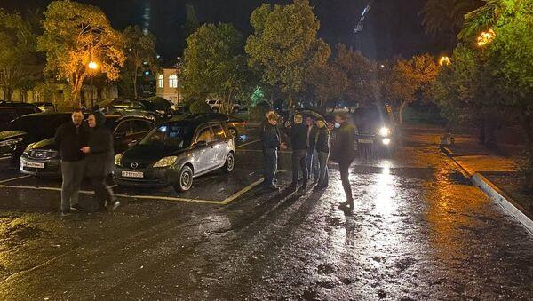 Собравшиеся у здания Парламента Абхазии разошлись  - Sputnik Абхазия