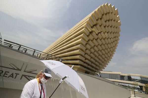 Сотрудник британского павильона приветствует посетителей на Всемирной выставке Expo-2020. - Sputnik Абхазия
