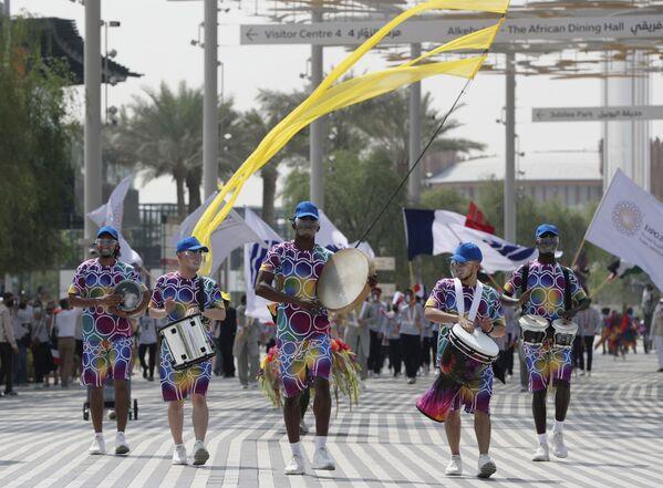 Шествие участников марша во время французского церемониального дня на Всемирной выставке Expo-2020 в Дубае. - Sputnik Абхазия