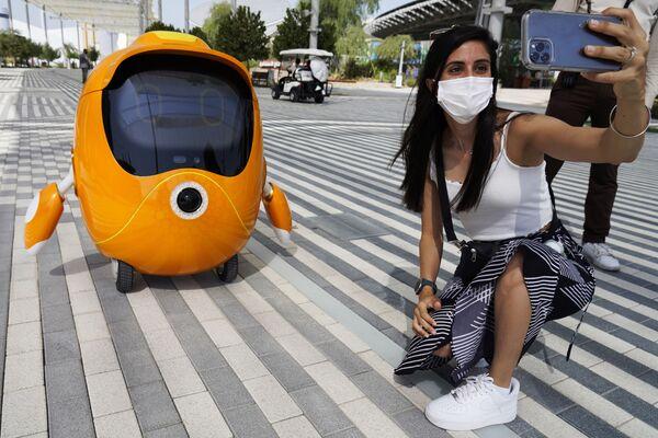 Девушка снимает селфи с роботом на Всемирной выставке Expo-2020. - Sputnik Абхазия