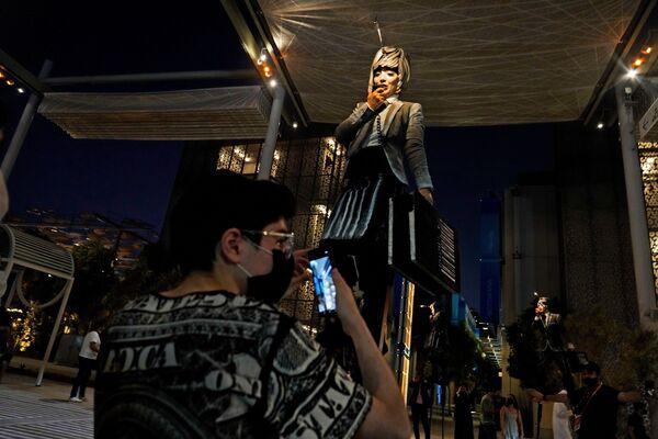Акробат на ходулях выступает на Всемирной выставке Expo-2020 в Дубае. - Sputnik Абхазия