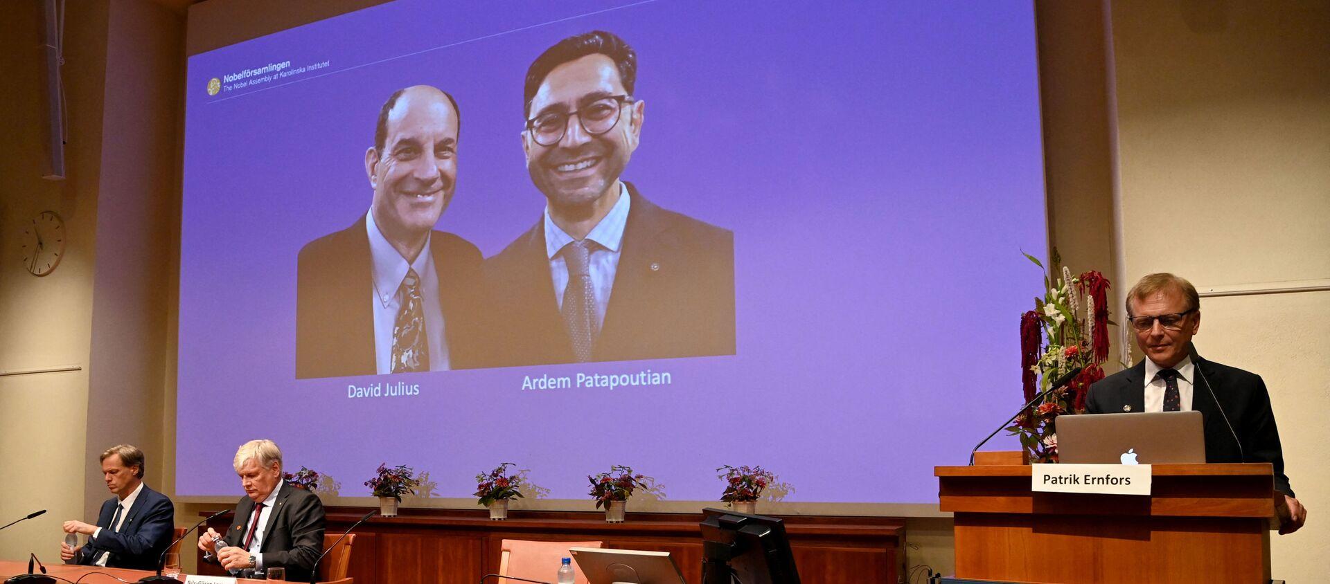 Патрик Эрнфорс (справа), член Нобелевского комитета по физиологии и медицине, стоит рядом с экраном, на котором отображаются лауреаты Нобелевской - Sputnik Абхазия, 1920, 04.10.2021