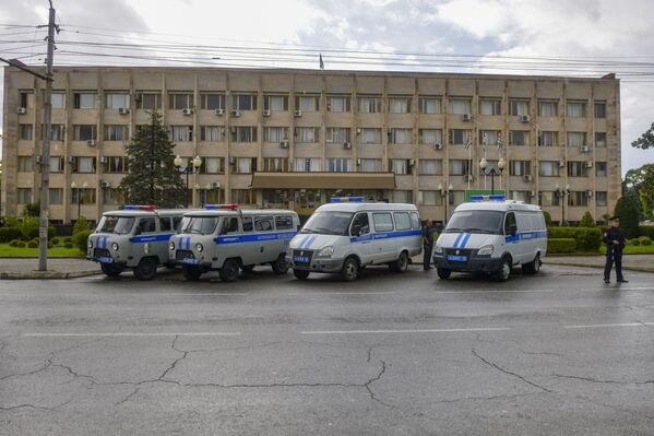 Вход в комплекс правительственных зданий охранялся сотрудниками силовых органов с утра.  - Sputnik Абхазия