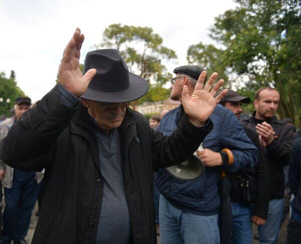 Собравшиеся разошлись после обращения ветерана войны Гиви Допуа. Он отметил, что люди снова придут к Парламенту в понедельник, чтобы узнать у депутатов, как решился вопрос инцидента. - Sputnik Абхазия