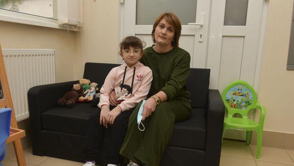 Подопечная фонда Ашана Аслана Джинджолия с мамой  - Sputnik Аҧсны