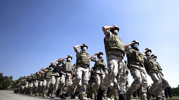 Турецкие войска, действовавшие в международном аэропорту имени Хамида Карзая в Кабуле, Афганистан, маршируют во время церемонии в аэропорту Анкары, Турция, в субботу, 28 августа 2021 года. Турция вывела всех своих гражданских и военных из Афганистана, за исключением небольшого числа техники. - Sputnik Абхазия