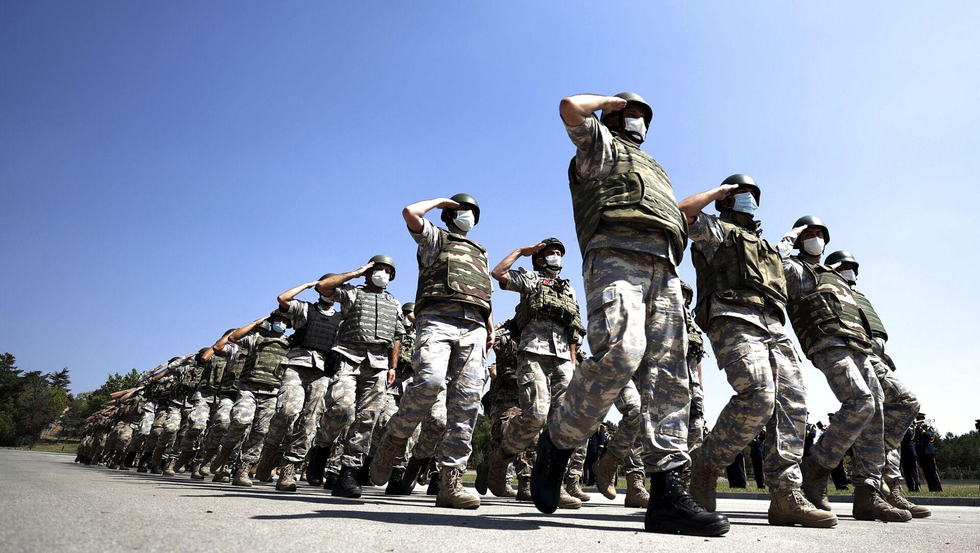 Турецкие войска, действовавшие в международном аэропорту имени Хамида Карзая в Кабуле, Афганистан, маршируют во время церемонии в аэропорту Анкары, Турция, в субботу, 28 августа 2021 года. Турция вывела всех своих гражданских и военных из Афганистана, за исключением небольшого числа техники. - Sputnik Абхазия, 1920, 06.10.2021