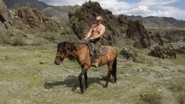 Премьер-министр РФ Владимир Путин во время поездки на лошади на отдыхе в Республике Тыва - Sputnik Абхазия