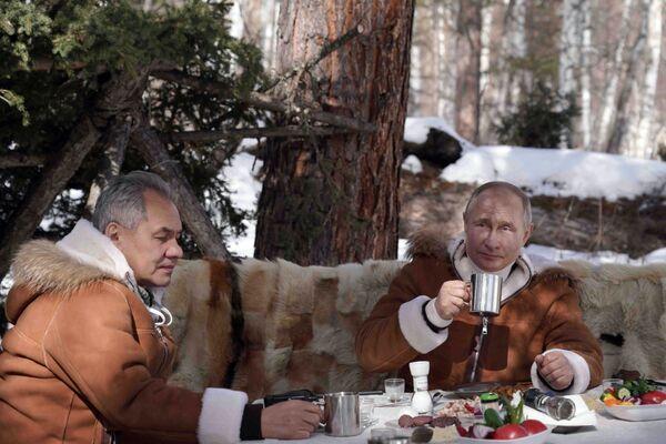 21 марта 2021. Президент РФ Владимир Путин и министр обороны РФ Сергей Шойгу (слева) во время отдыха в тайге. - Sputnik Абхазия
