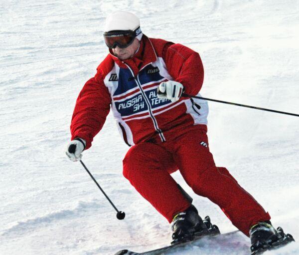 Президент РФ Владимир Путин спускается на лыжах с горы во время отпуска в горнолыжном центре Абзаково недалеко от Магнитогорска. - Sputnik Абхазия