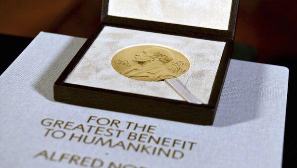 Нобелевский диплом и медаль по физиологии и медицине, врученные Чарльзу М. Райсу, демонстрируются во вторник, 8 декабря 2020 года, во время церемонии в Нью-Йорке.  - Sputnik Абхазия