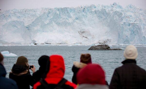 Туристы у ледника Экип Сермия в Гренландии - Sputnik Абхазия