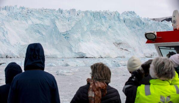 Туристы смотрят на ледник Экип Сермия в Гренландии - Sputnik Абхазия