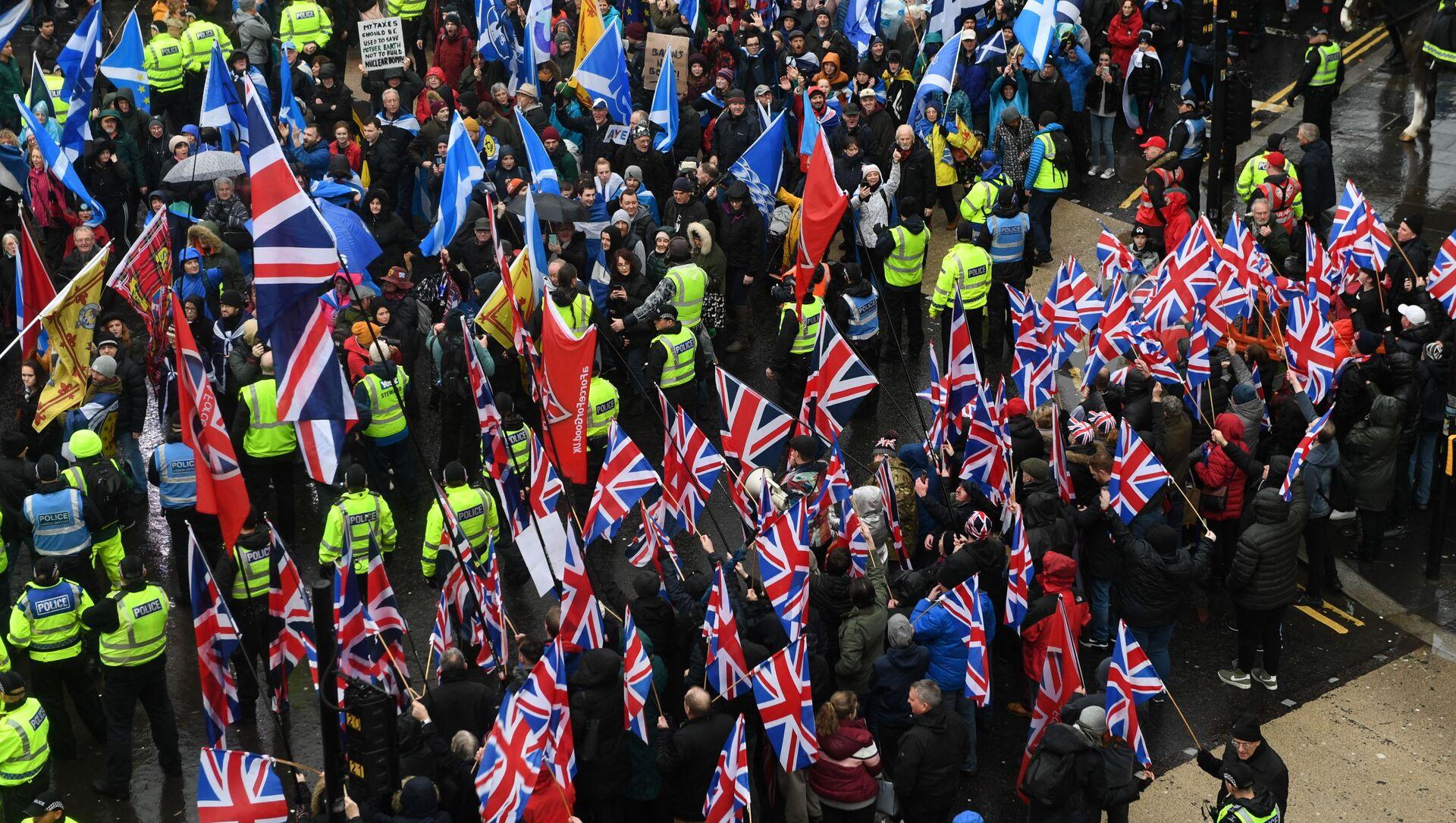 Протестующие за независимость с флагами Шотландии (вверху) маршируют за независимость Шотландии во время акции - Sputnik Абхазия, 1920, 08.10.2021