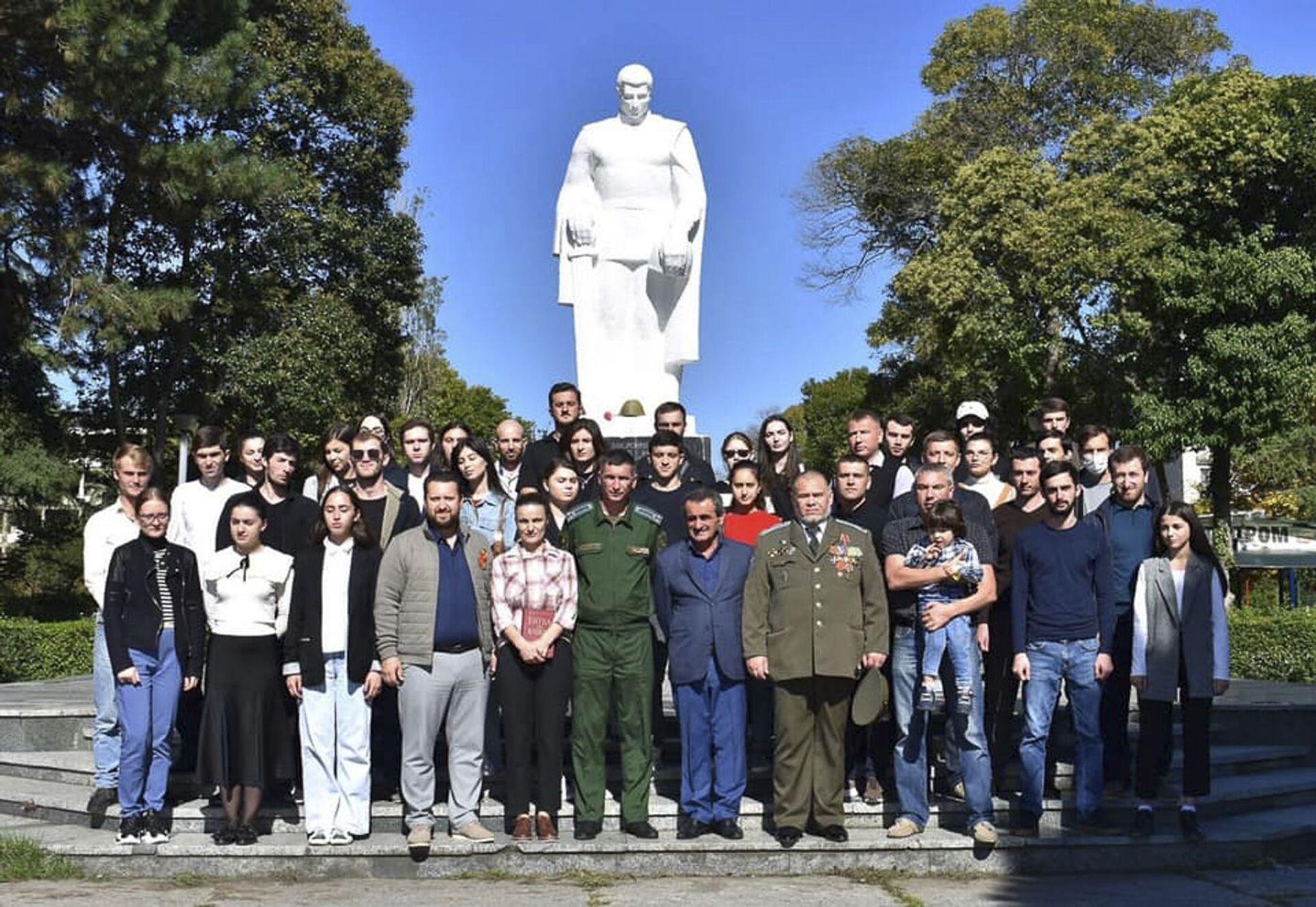 В Абхазии развернули 200 - метровую копию Знамени Победы в ВОВ - Sputnik Абхазия, 1920, 12.10.2021