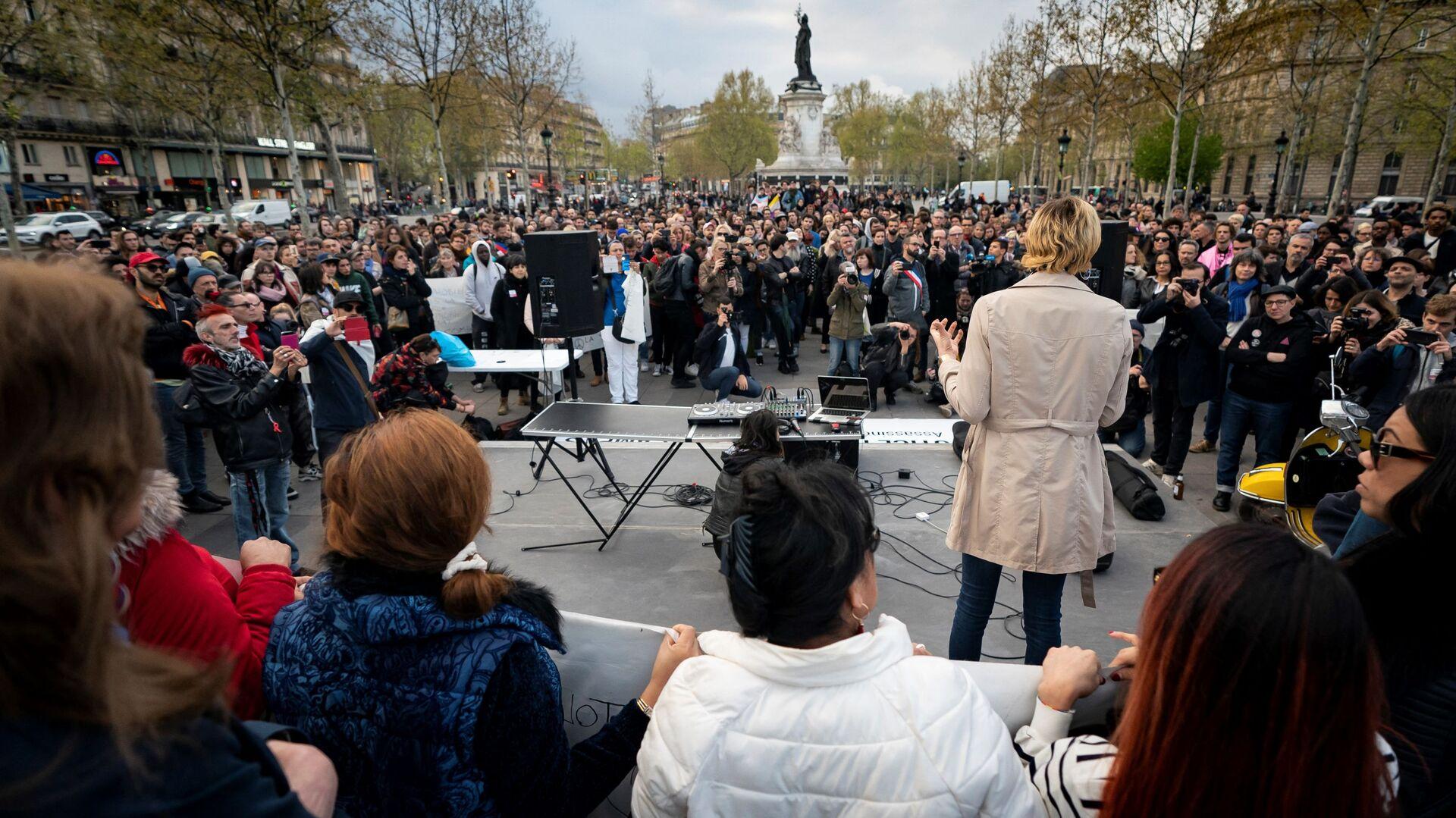 Люди присутствуют на демонстрации в поддержку прав трансгендеров и интерсексуалов и протеста против дискриминации в Париже 9 апреля 2019 г. - Sputnik Абхазия, 1920, 10.10.2021