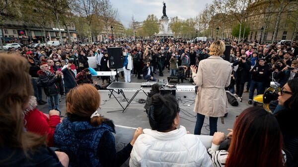 Люди присутствуют на демонстрации в поддержку прав трансгендеров и интерсексуалов и протеста против дискриминации в Париже 9 апреля 2019 г. - Sputnik Абхазия