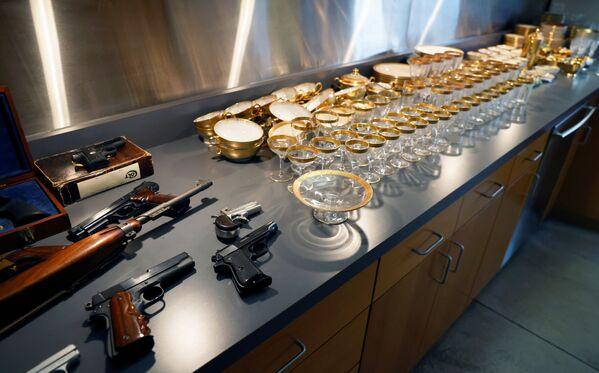Оружие и посуда, принадлежавшие американскому гангстеру Аль Капоне и его сыну Сонни, выставлены перед аукционом в США. - Sputnik Абхазия