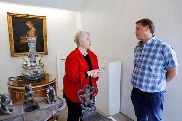 Дайан Капоне, внучка американского гангстера Аль Капоне, разговаривает с основателем Witherell's Gallery. - Sputnik Абхазия